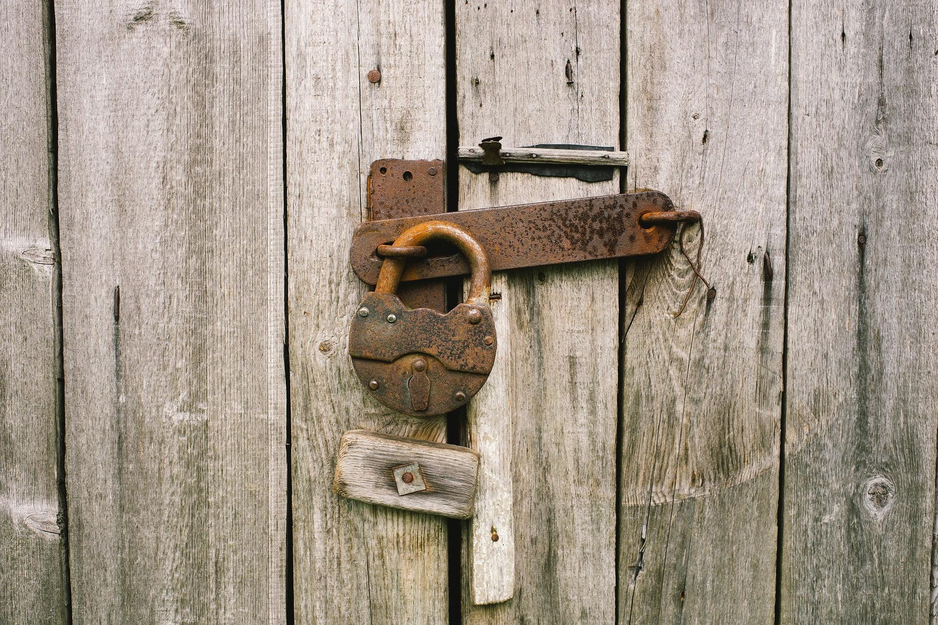Kłódka i zamknięte drzwi